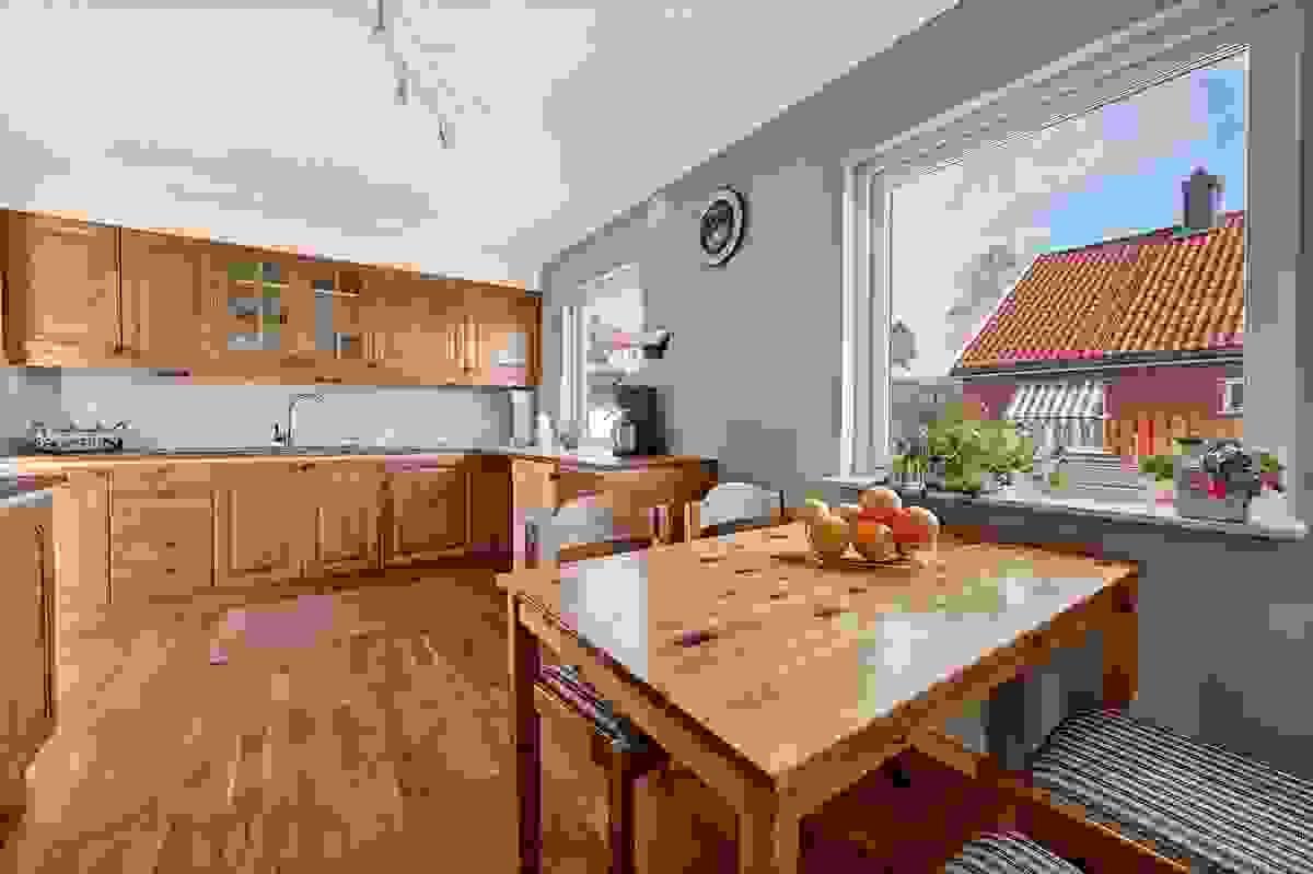 Kjøkken med plass til kjøkkenbord