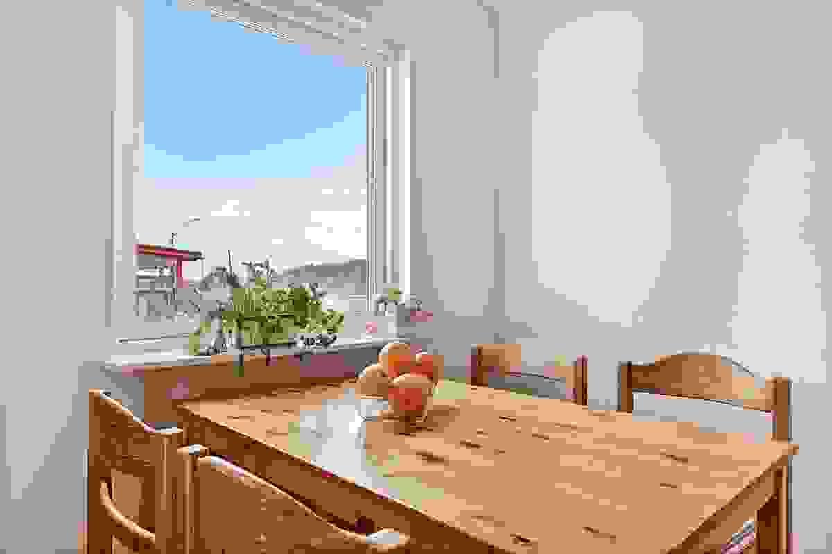 Trivelig spiseplass ved kjøkkenvindu