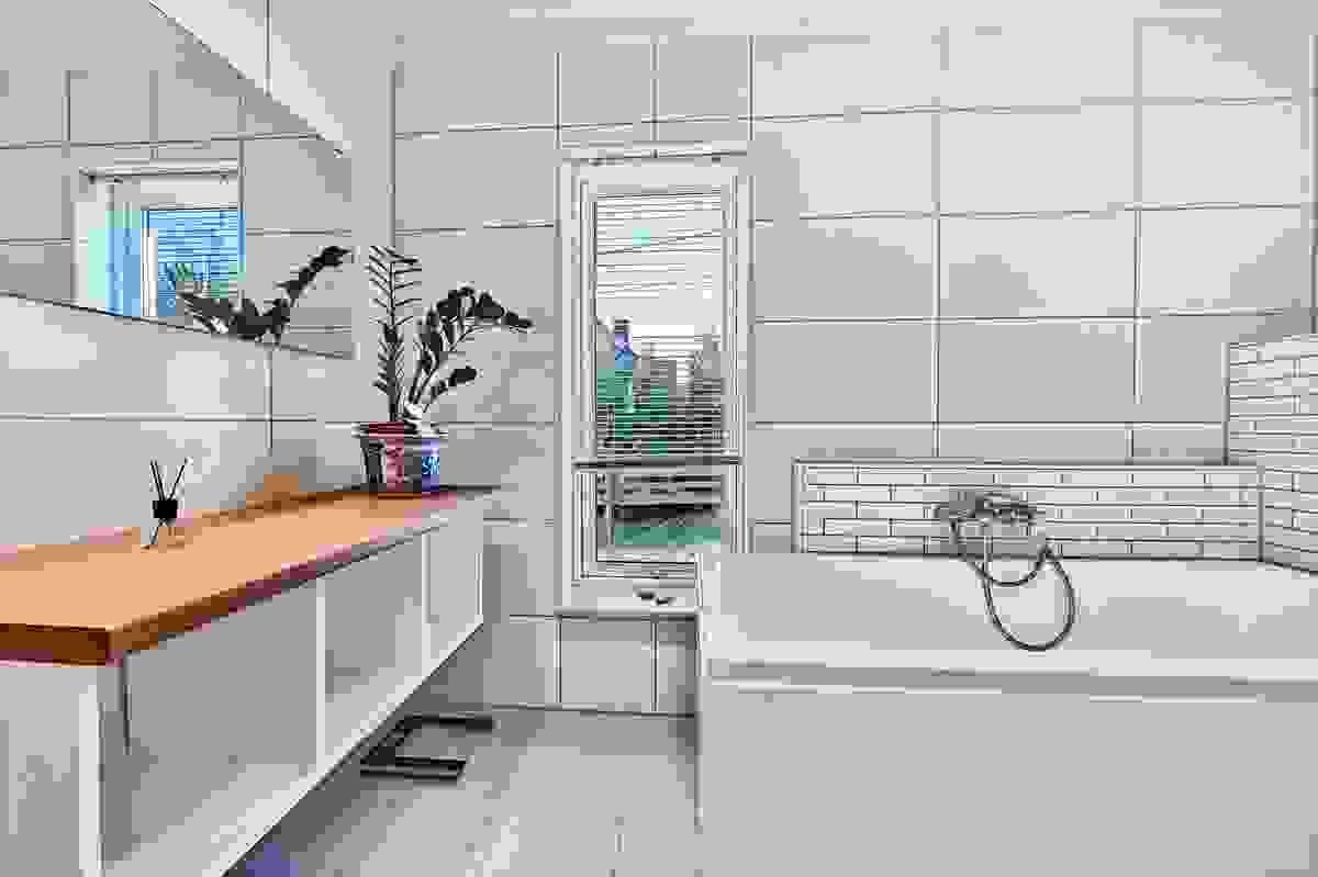 Lyst og pent bad med fliser på gulv og vegger