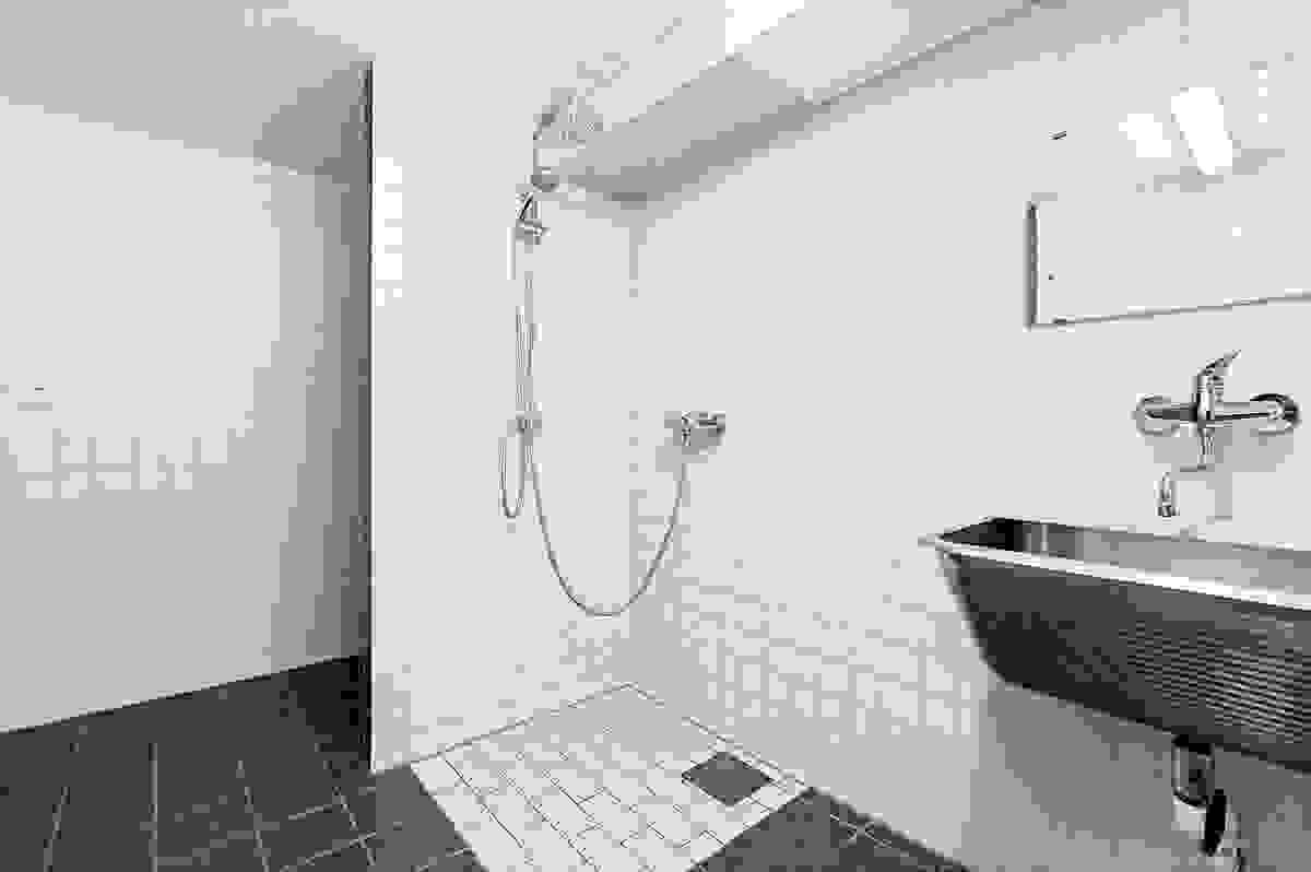 Fliselagt vaskerom/bad i kjeller med gulvvarme