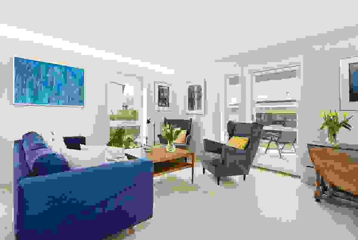 Det er plass til et hyggelig hjørne for tv-titting, en spisestue og en sone for den gode praten eller avslapping med en god bok