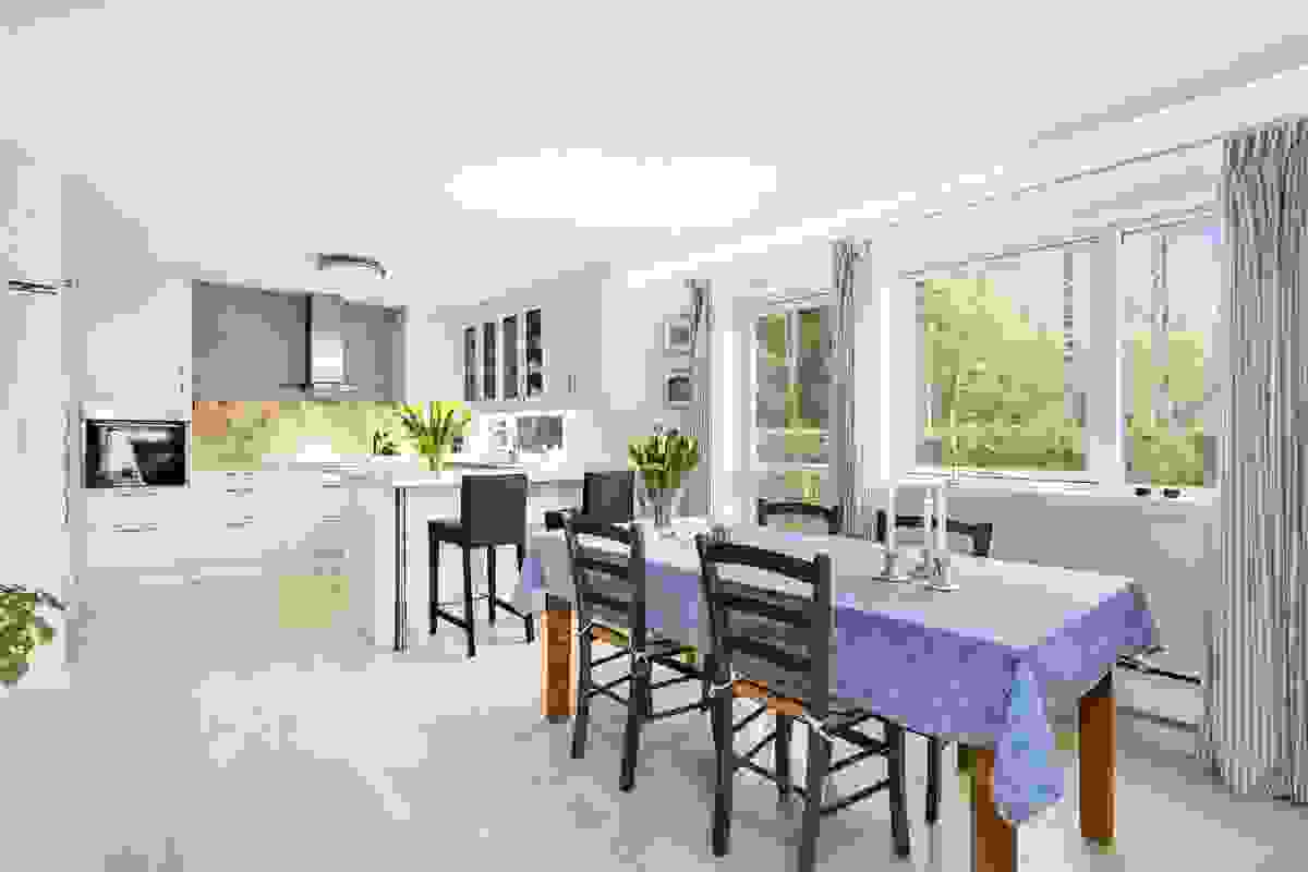 I åpen løsning til stuen er kjøkkenet