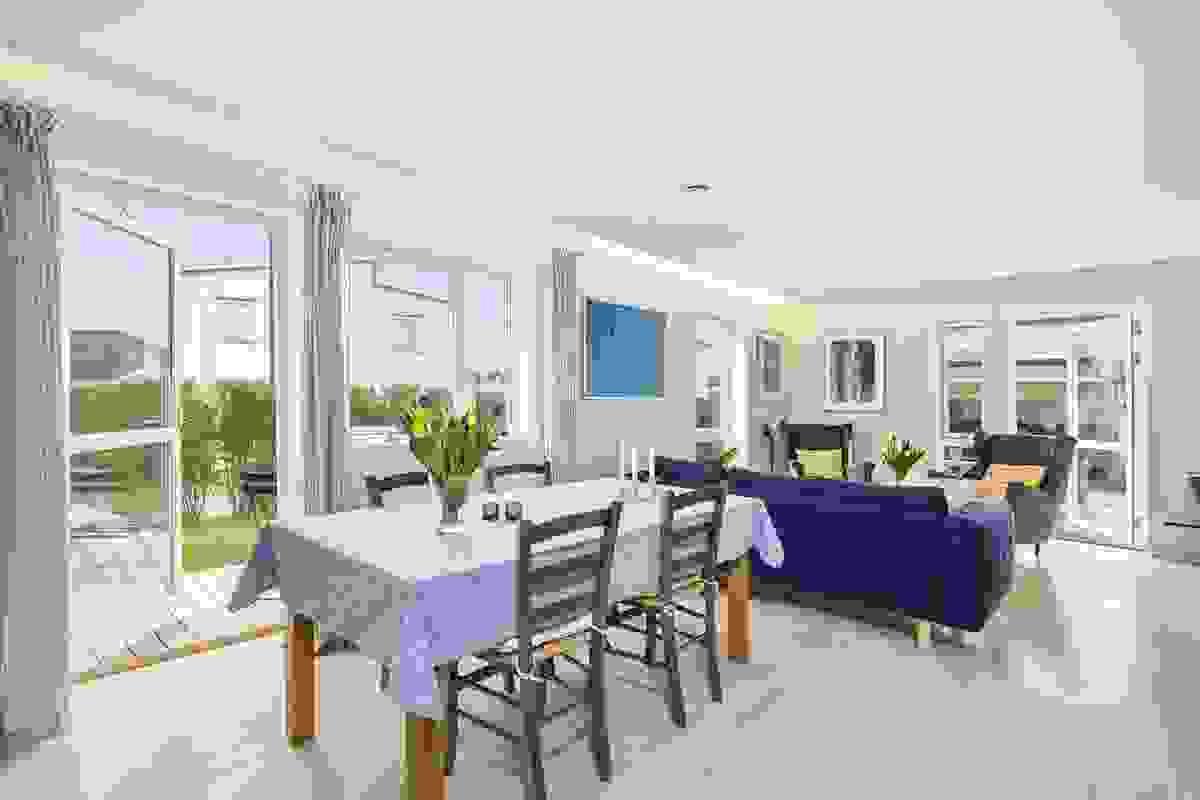 Spisestuen får naturlig plass ved kjøkkenet, og det er god plass til å trekke ut til langbord
