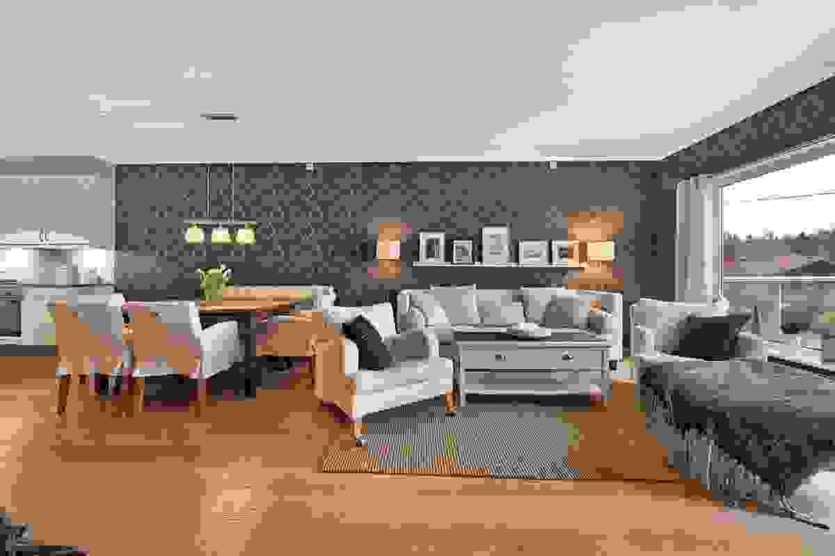 Nydelig stue med flott dekortapet på veggene