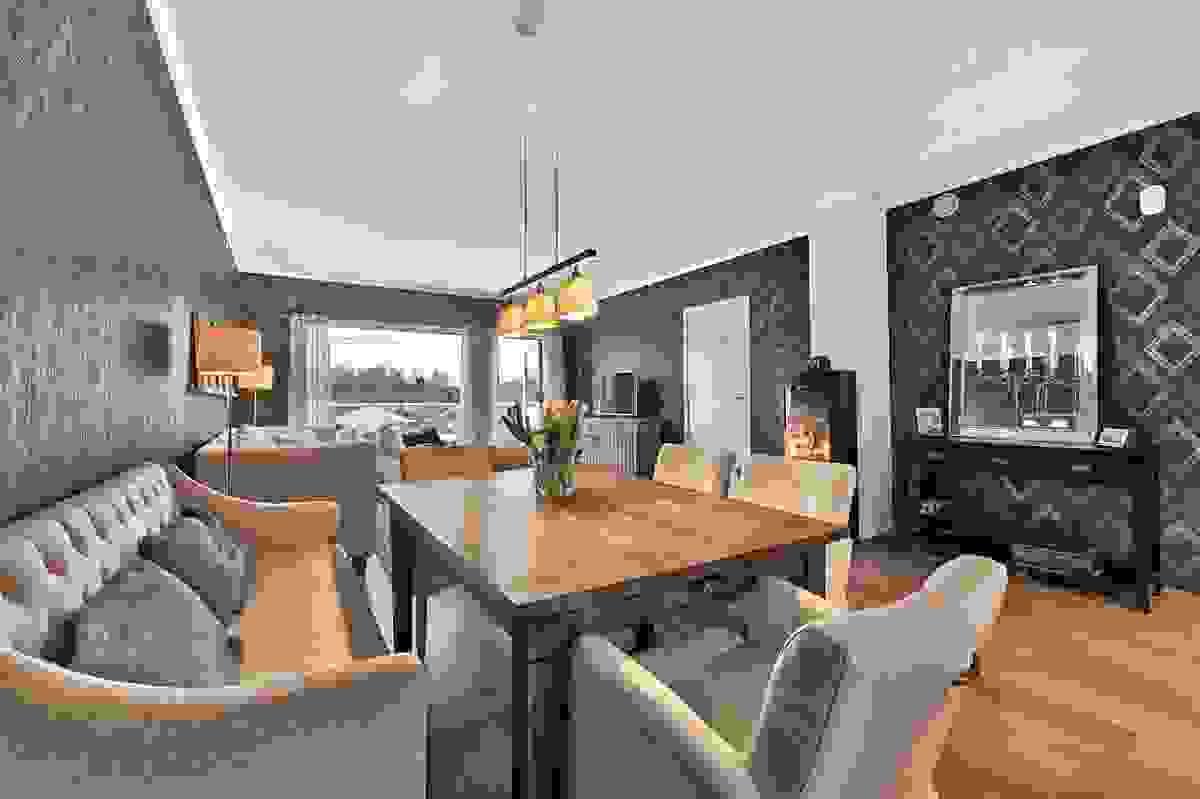 Spisestuen blir en slagt romdeler mellom stue og kjøkken