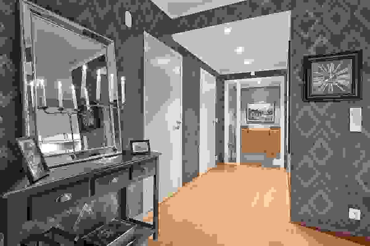 Fra stuen og ut mot inngangen