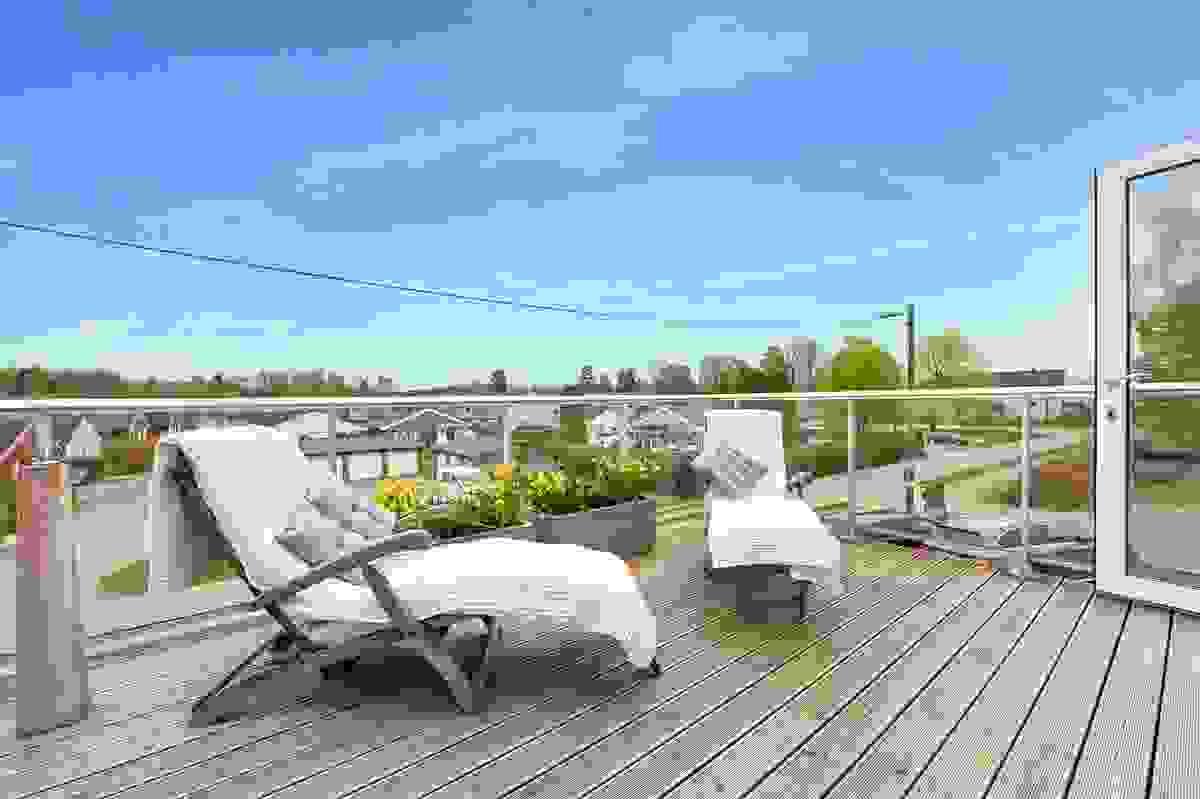 Godt med plass til solsenger og sittegruppe på balkongen