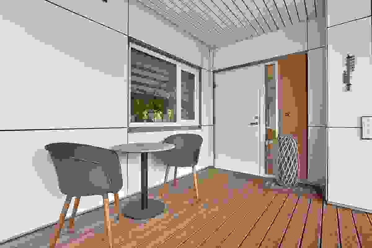 Takoverbygget inngangsparti med plass til bodt og stoler