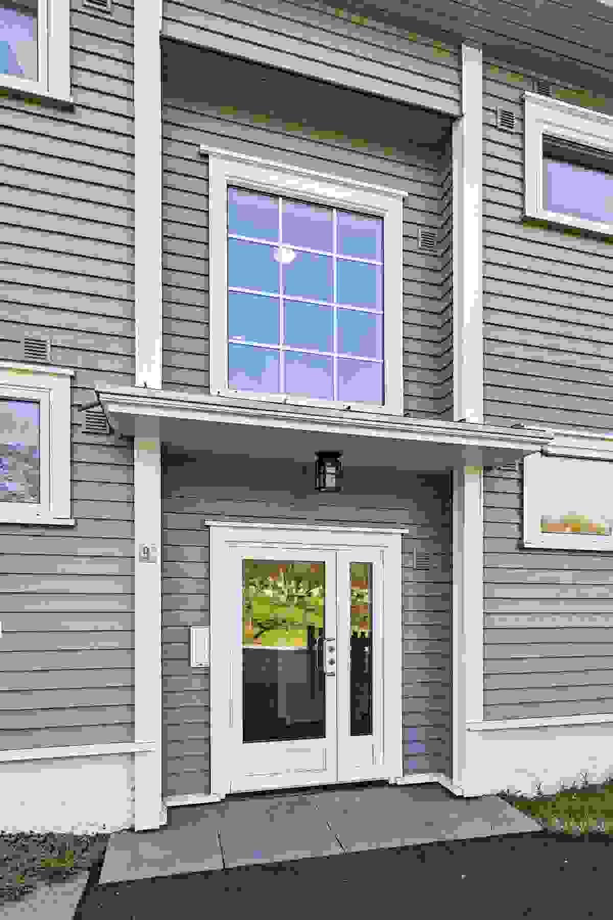 Inngangspartiet med ny dør gir boligen et moderne tilsnitt og gir et hyggelig og ryddig inntrykk