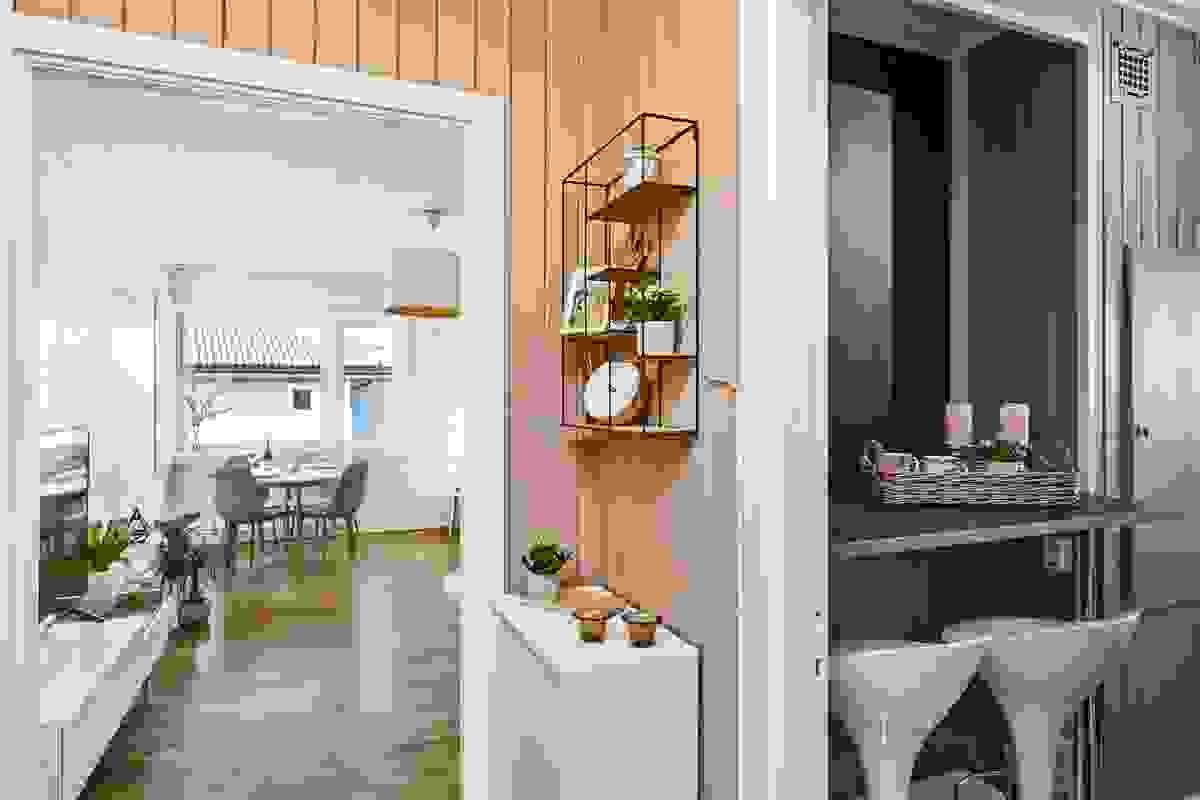 Fra entréen ser man mot stue og kjøkken - en løsning som oppleves lys og åpen