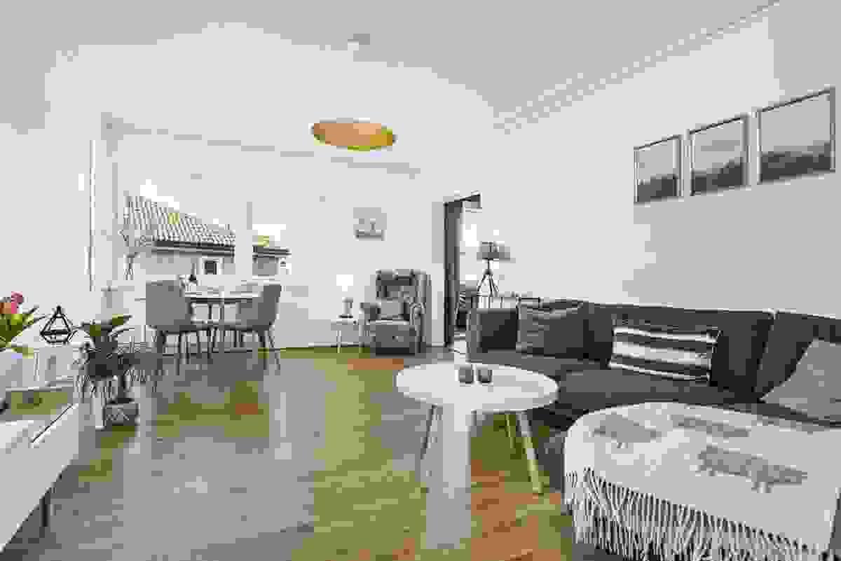 I stuen er det ekstra takhøyde - rommet oppleves fantastisk flott og romslig