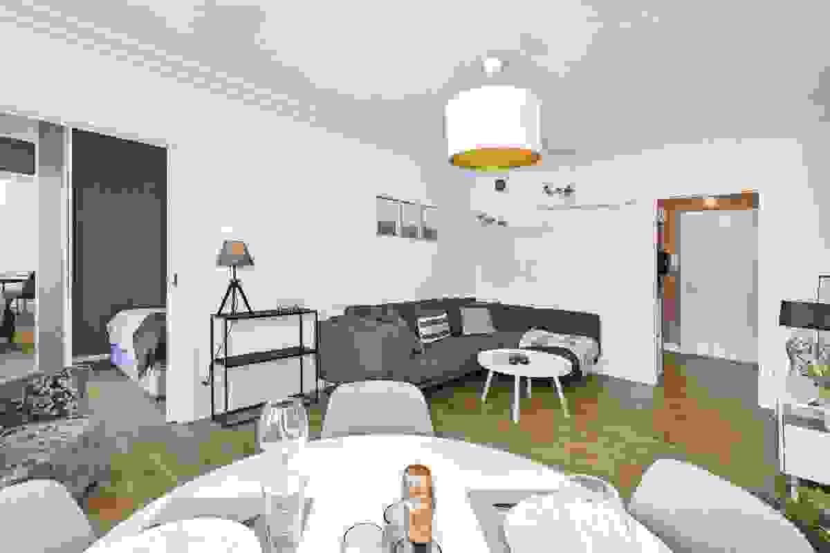 Stuen er klassisk innredet med flott parkett, lysmalte vegger og brede lister
