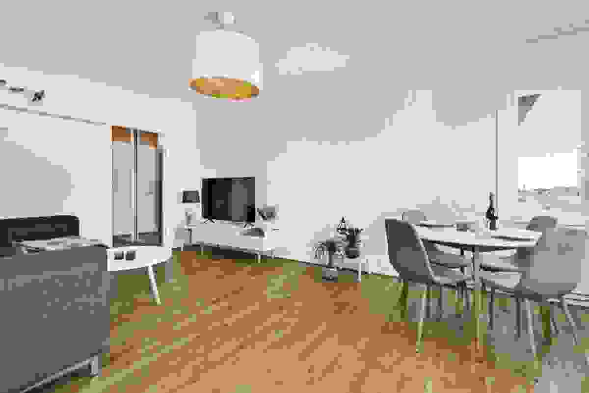 Det er god plass til både spisestue og en lun, hyggelig sofakrok
