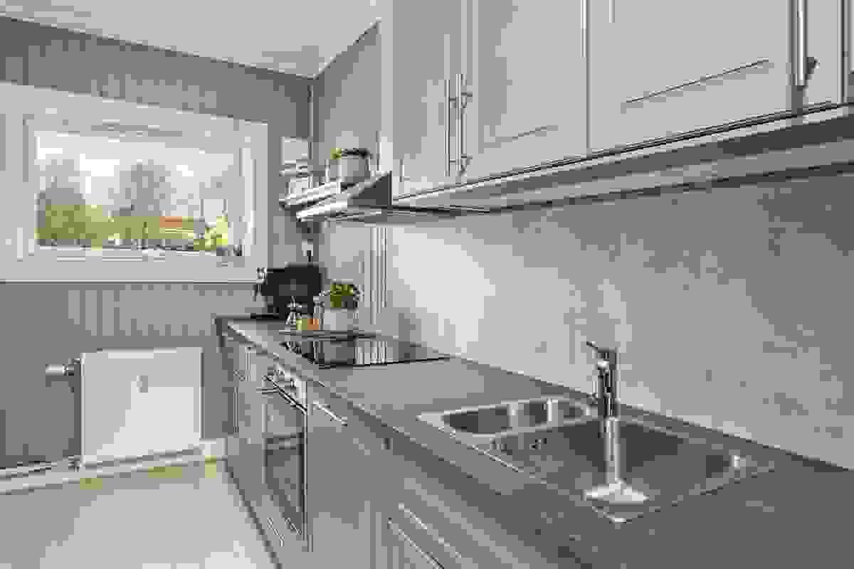 Et pent kjøkken som også er funksjonelt med integrerte hvitevarer og god skap- og benkeplass