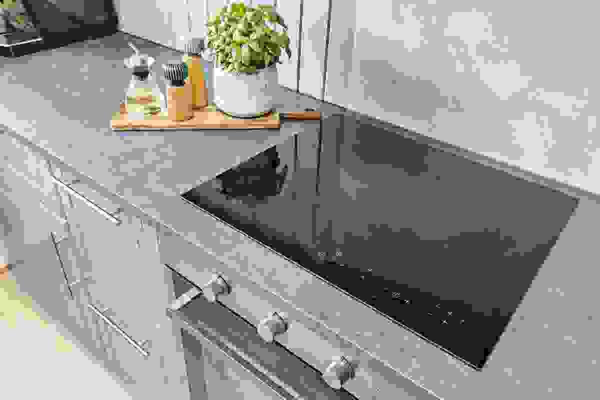 Induksjonstopp, stekeovn, oppvaskmaskin og kjøleskap/fryser er integrerte