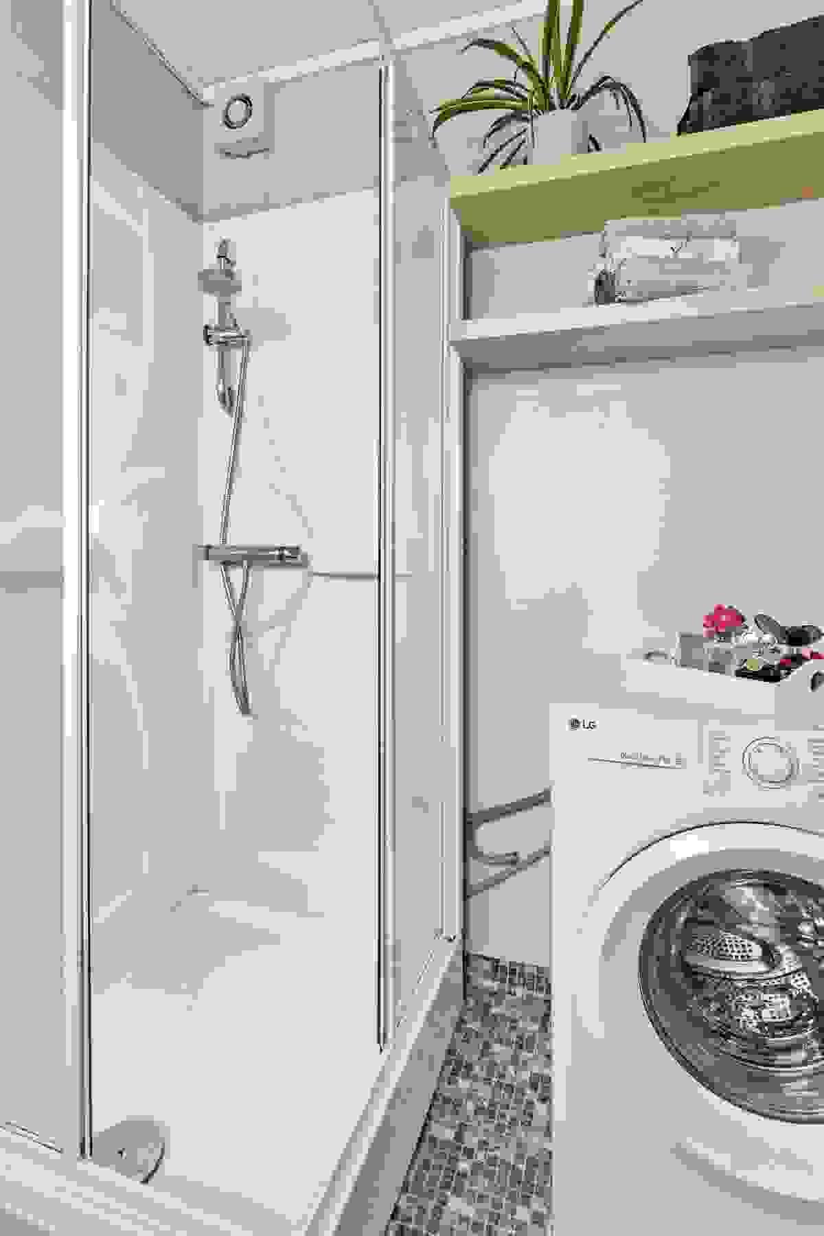Badet er i dag innredet med servant i innredning, dusjkabinett, wc og plass til vaskemaskin