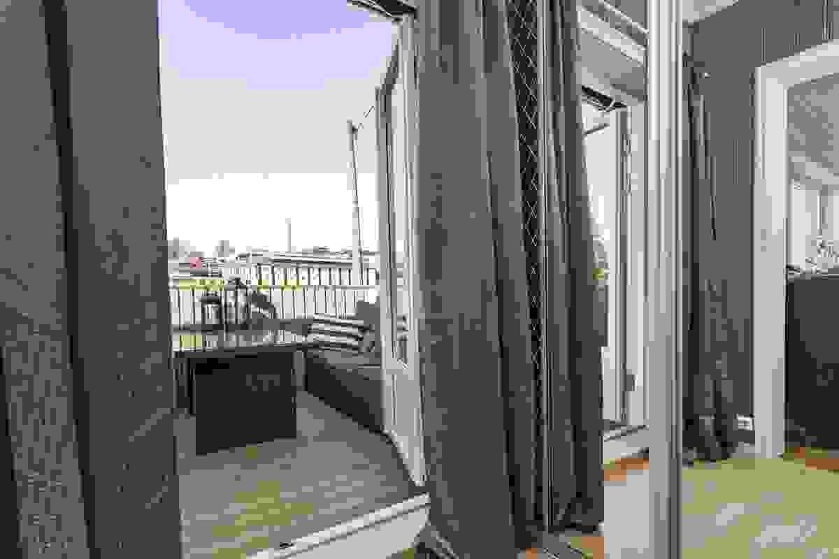 Fra soverommet er det utgang til en herlig balkong