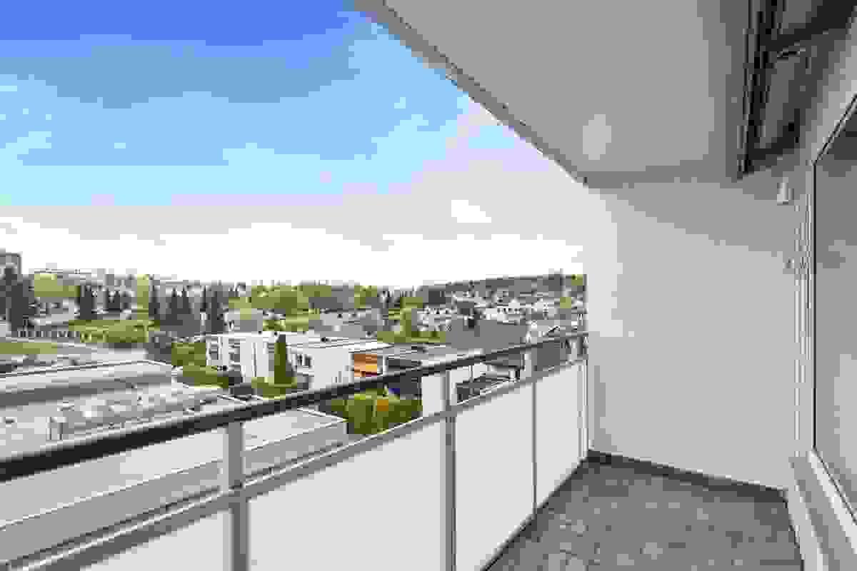 Vestvendt og meget solrik balkong med sen kveldssol