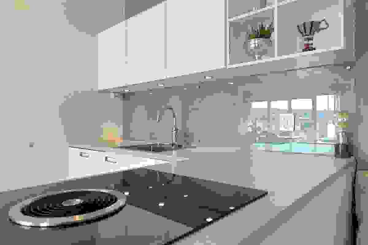 Kjøkken hvor koketopp er med innebygd ventilator