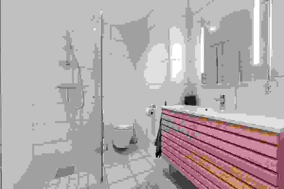 Lyst og pent flislagt bad