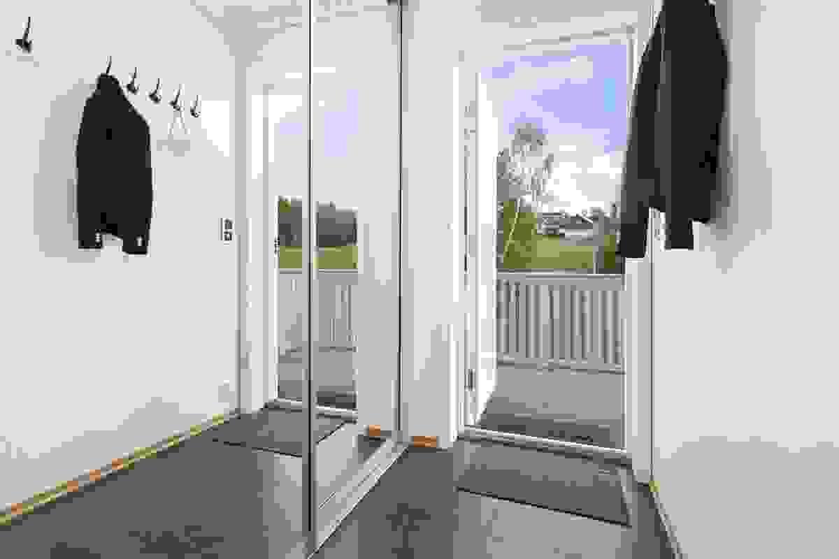 ntreen gir et godt førsteinntrykk av leiligheten og er praktisk innredet med romslig skyvedørsgarerobe.