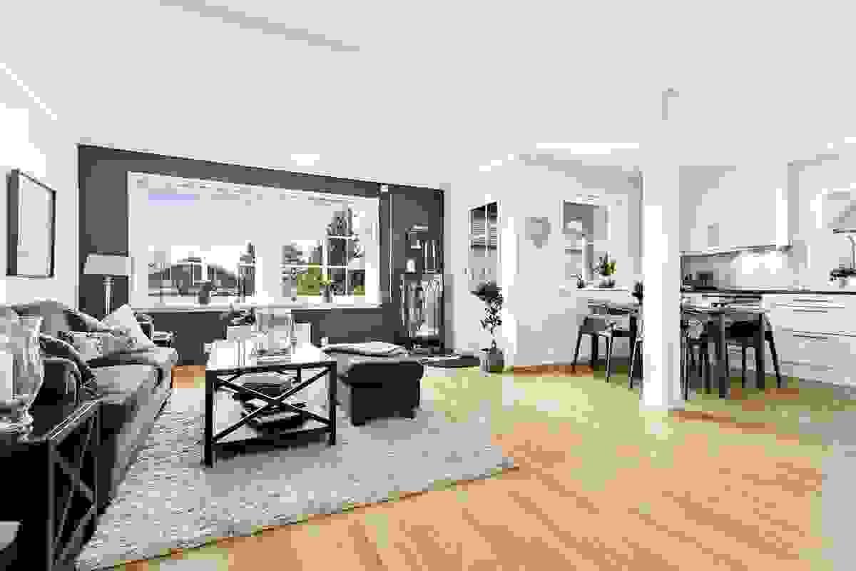 Stue-/spisestue med nyere peis, godt med plass og utgang til vestvendt og delvis inntrukket balkong
