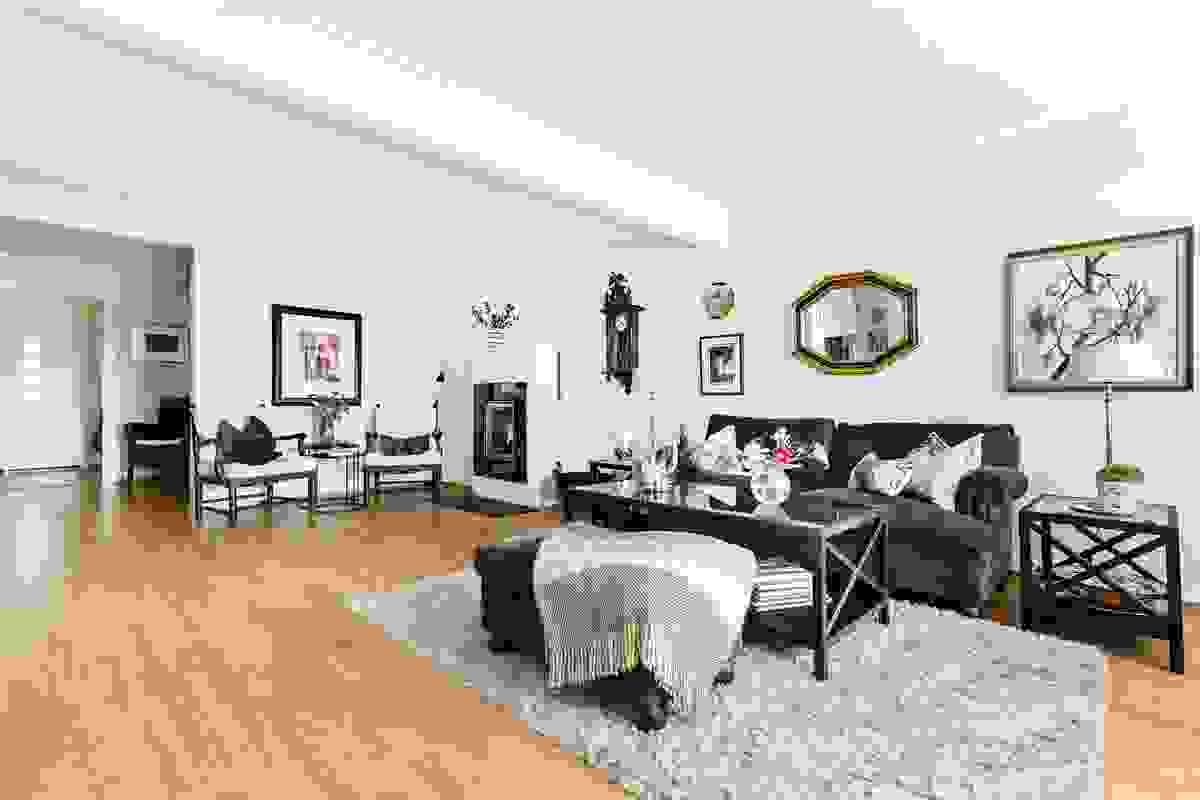 Dette et stort og godt rom med flott romfølelse, fleksible møbleringsmuligheter og godt med veggplass
