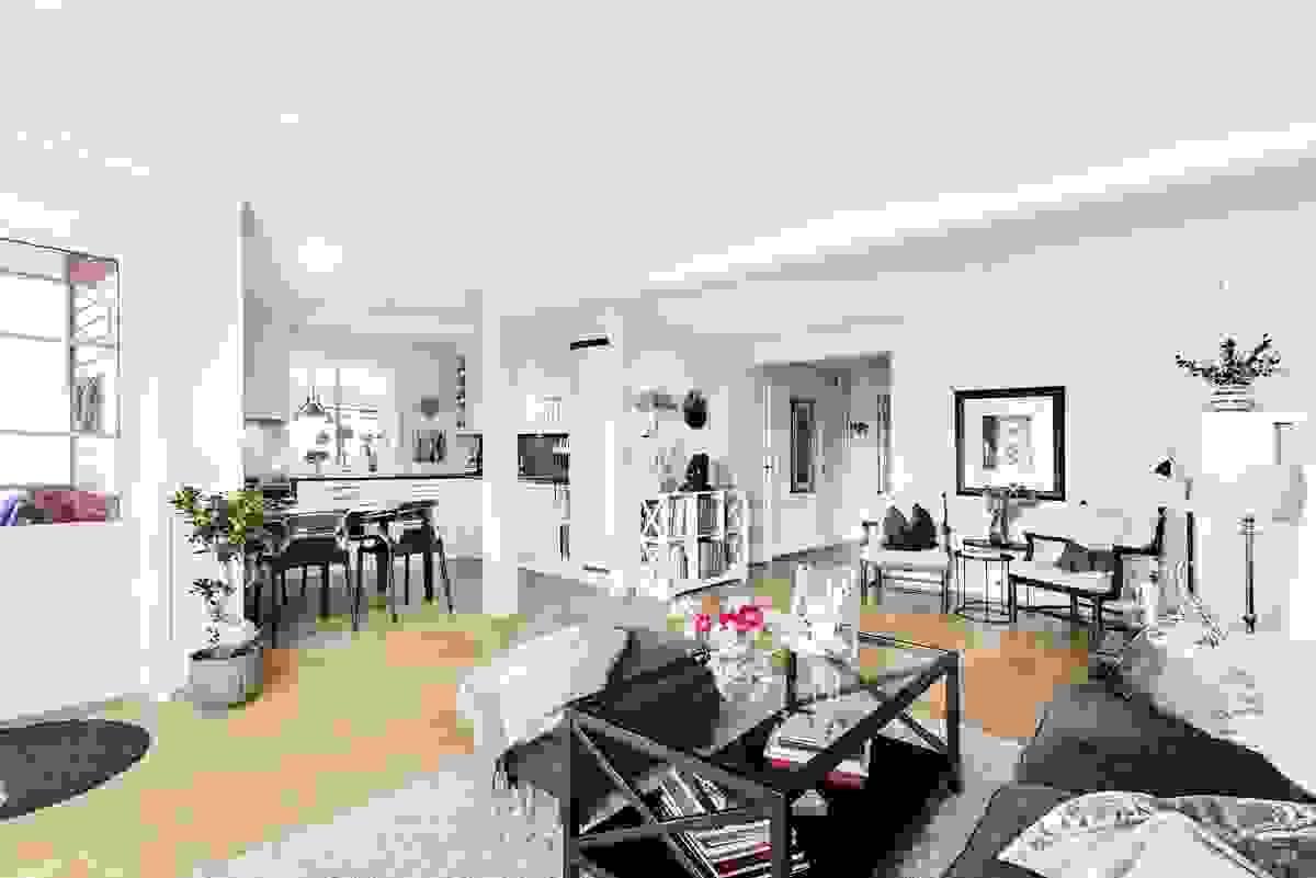 Stuen og spisestuen ligger i delvis åpen løsning med kjøkkenet