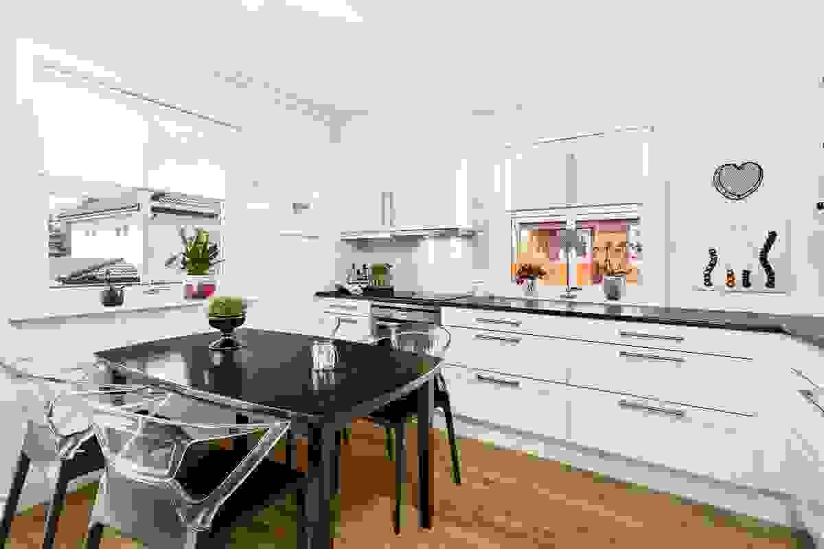 Kjøkkenet - et lyst rom med innholdsrik innredning fra 2011