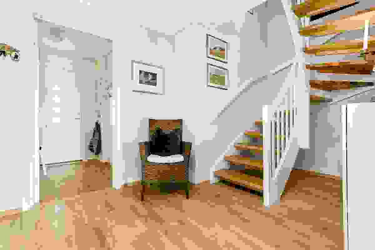 Åpen hall/gang med trapp til toppetasjen