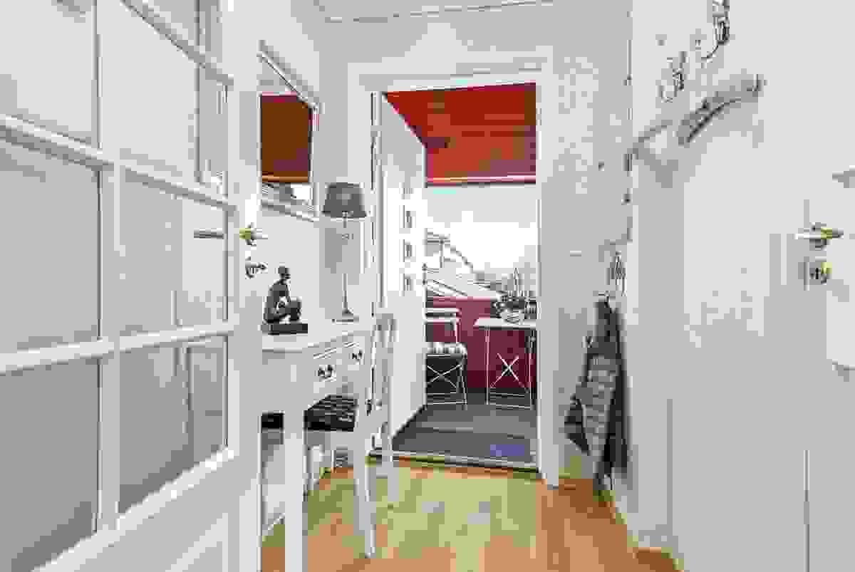 den lyse og innbydende entreèn er det glassdør videre inn til leilighetens hall/gang
