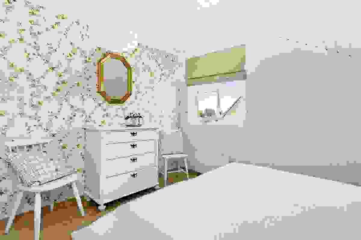 Det store soverommet i toppetasjen ligger godt skjermet fra leilighetens øvrige soverom