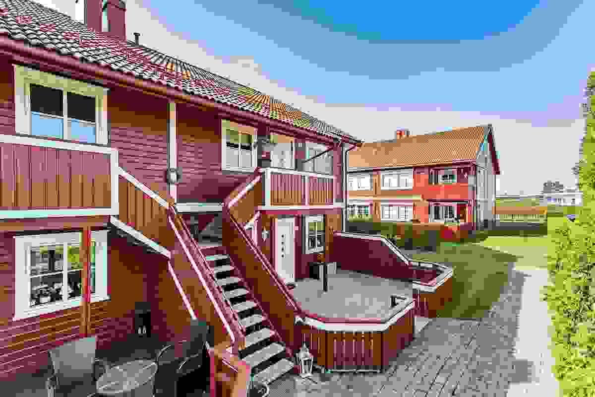Hovedinngang til leiligheten er via utvendig felles trapp med en naboleilighet i samme etasjeplan.