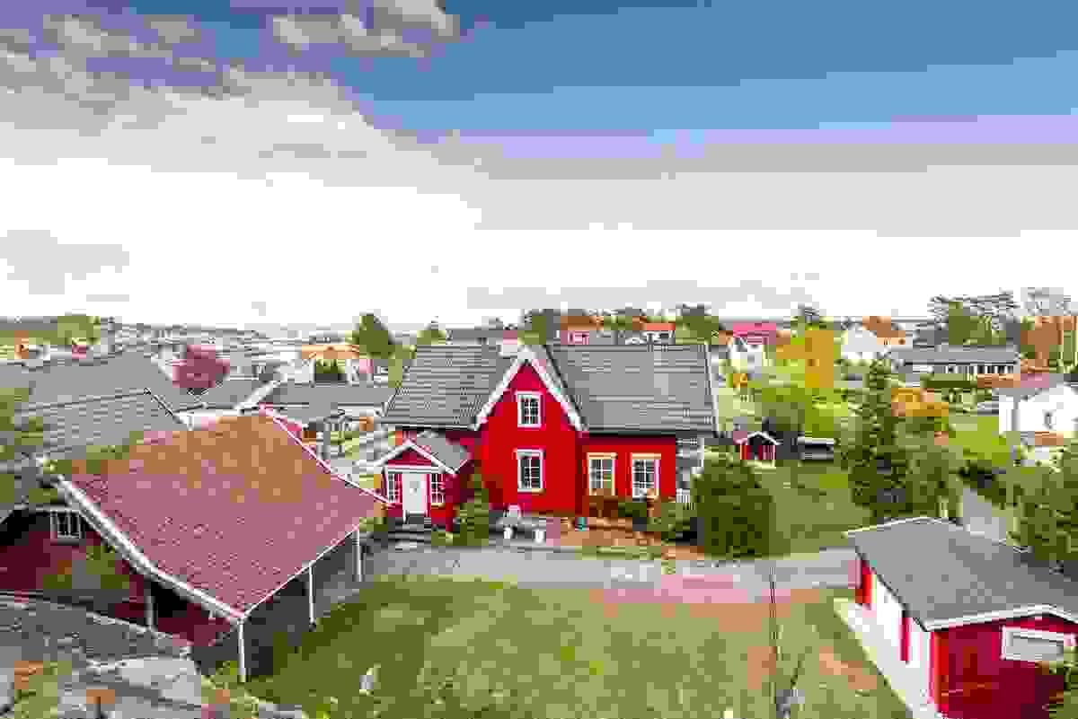 Z-eiendom har gleden av å presentere Kirkegaten 9 på Husøy og denne svært sjarmerende eiendommen med bl.a. et svært koselig og usjenert hagetun og en arealgenerøs enebolig som er svært innholdsrik