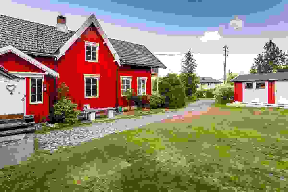 Hagen er orientert mot syd og vest, og man sitter svært usjenert og med lite innsyn fra naboeiendommer. Friarealet vestover bidrar også til denne usjenansen.