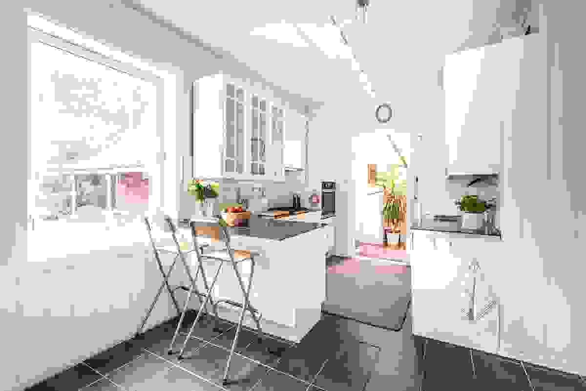Lyst og delikat rom hvor du har godt med v indusflater og hvor du har vinduene orientert mot det koselige hagetunet på eiendommen.