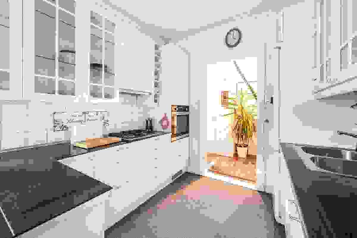 Innholdsrikt kjøkken fra Ikea hvor innredning er utskiftet i 2007. Kjøkkenet er fornyet og supplert med flere benkskap og overskap i 2013/14.