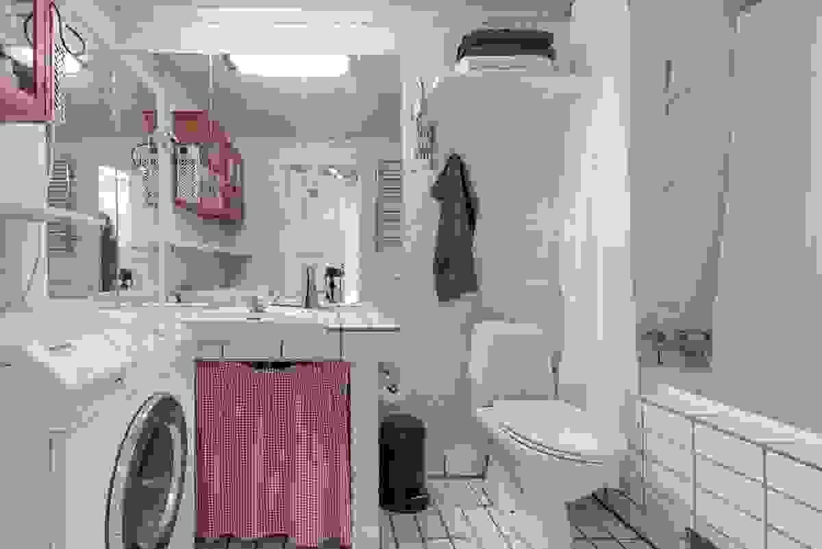 Baderom i underetasjen ligger i tilbygget del fra 1985. Innredet med toalett, badekar med dusj og servantinnredning