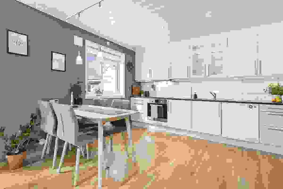 Kjøkkeneinnredningen er levert fra Sigdal og og har godt med benke- og skapplass.