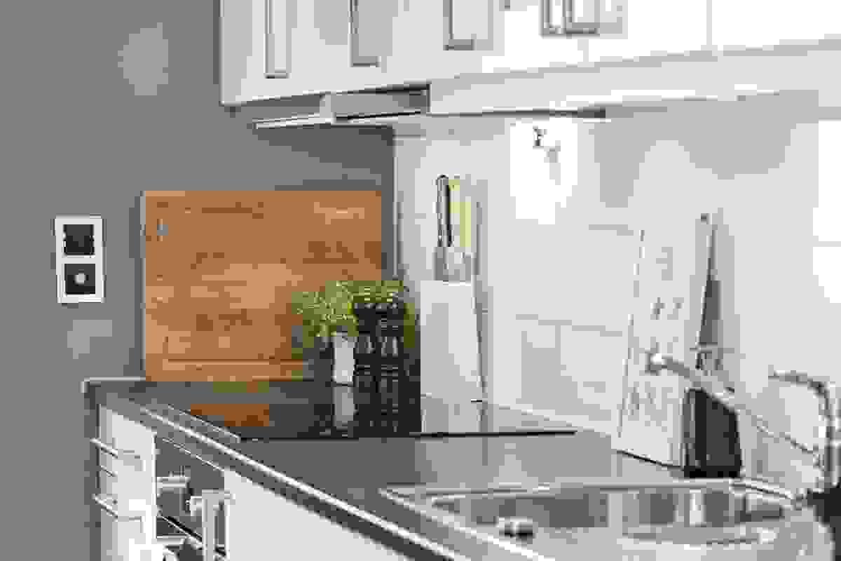 Av integrerte hvitevarer er det induksjonstopp, stekeovn og oppvaskmaskin, samt det er ventilator over induksjonstoppen.