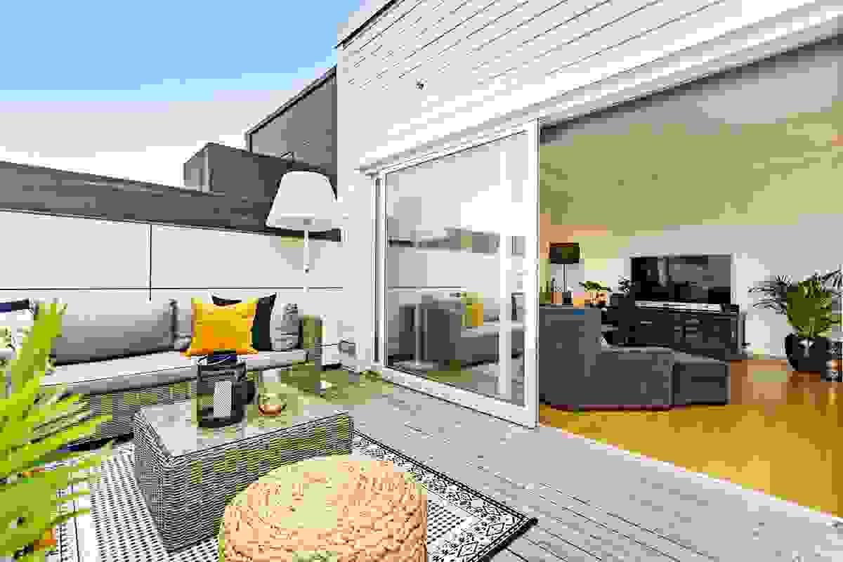 Stor og bred skyvedør mellom stue-/spisestue og hovedterrassen