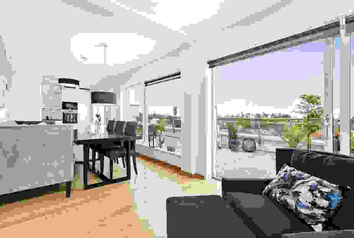Store og dype vinduer gjør leiligheten svært lys med flott kontakt m/hovedterrassen