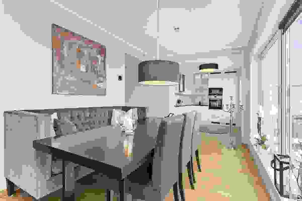 Stue-/spisestue i åpen løsning med kjøkkenet