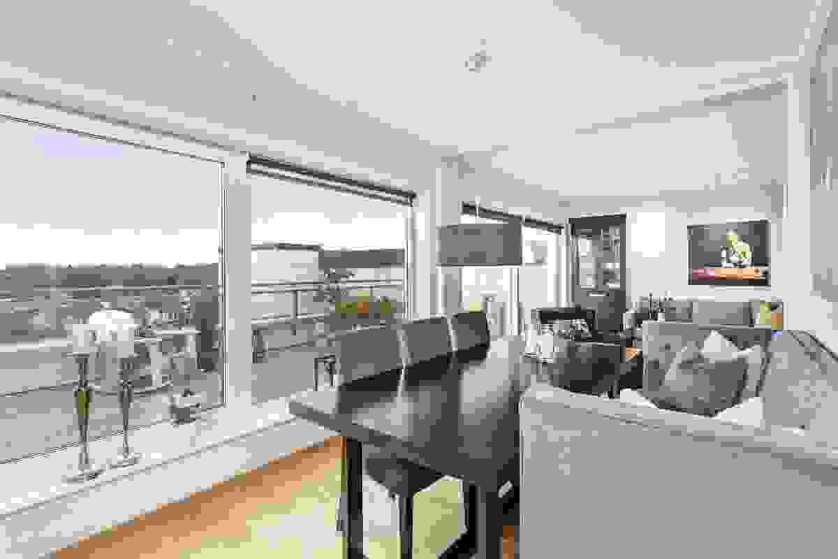 Stue-/spisestue med utgang til leilighetens herlige hovedterrasse