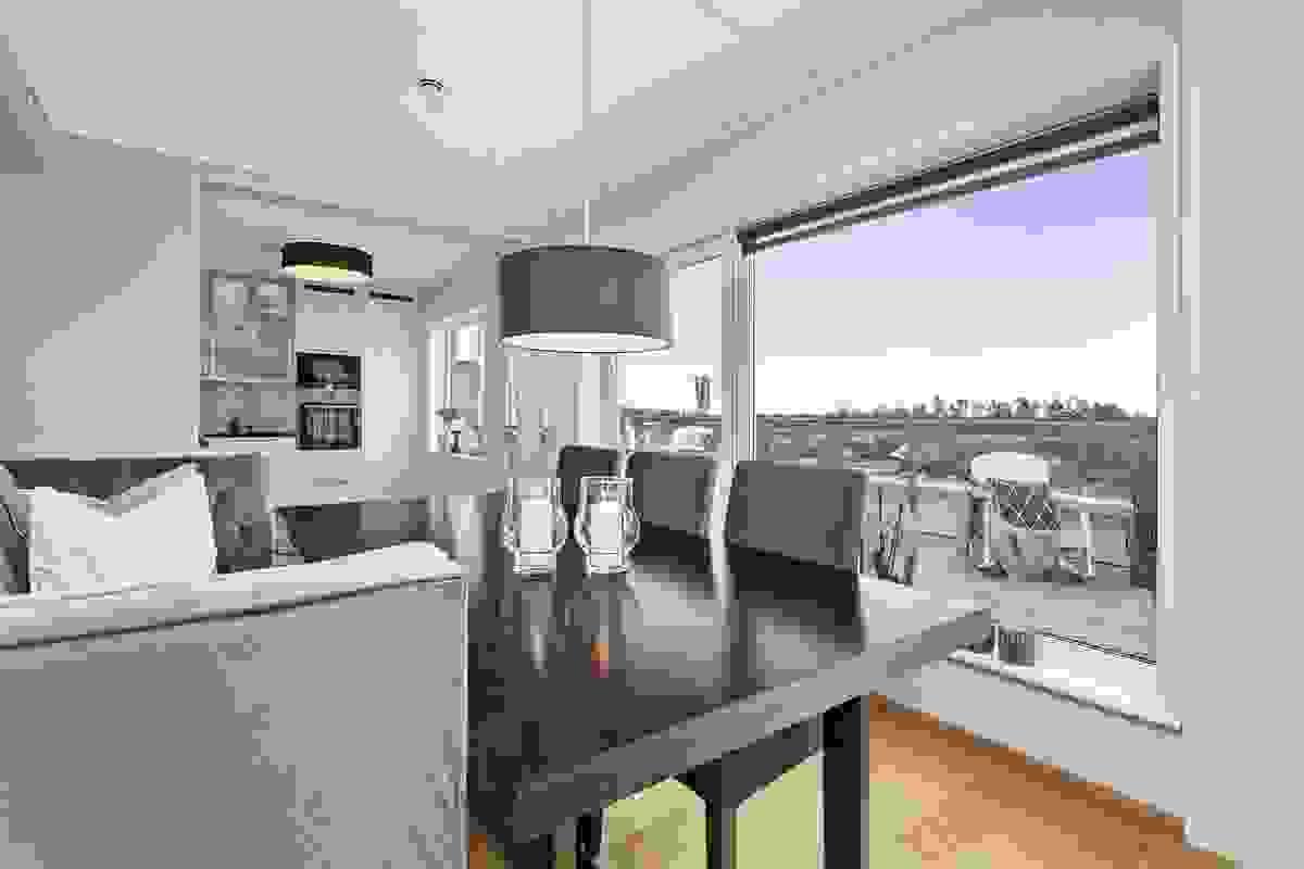 Naturlig plassering av leilighetens spisestuemøbler er i sonen nærmest kjøkkenet hvor det er god plass til langbord