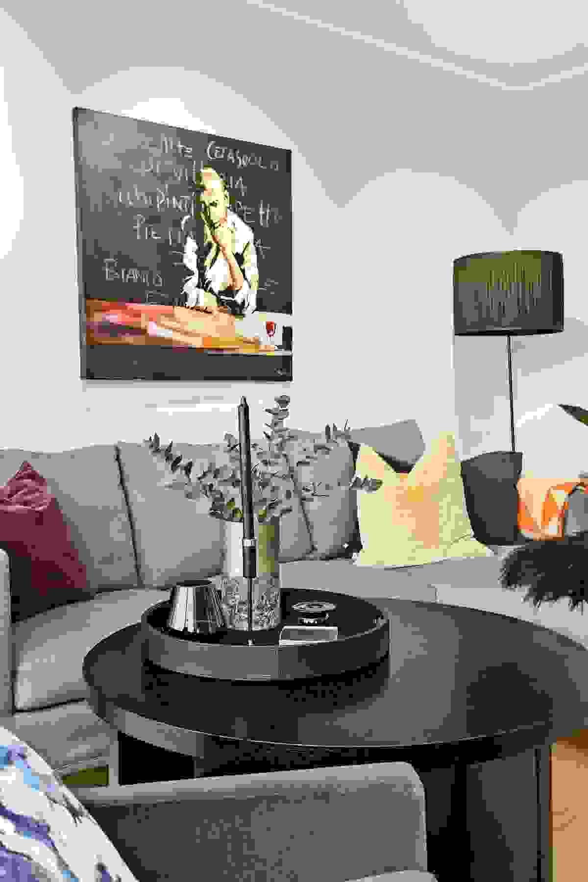 Innerst i rommet, og lengst vekk fra kjøkkenet, er det TV-uttak og plass til sofa-/lenestolemøbler