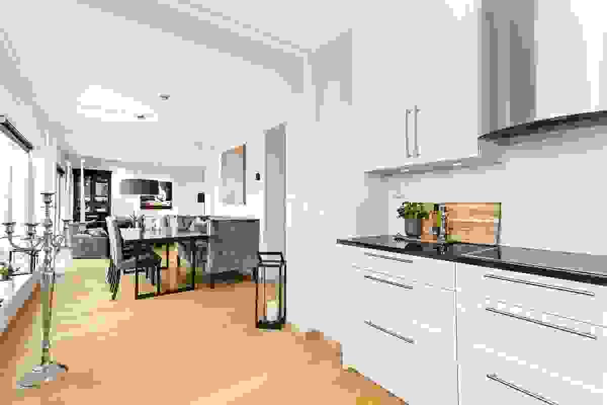 Utsynet fra kjøkkenet mot spisestuen