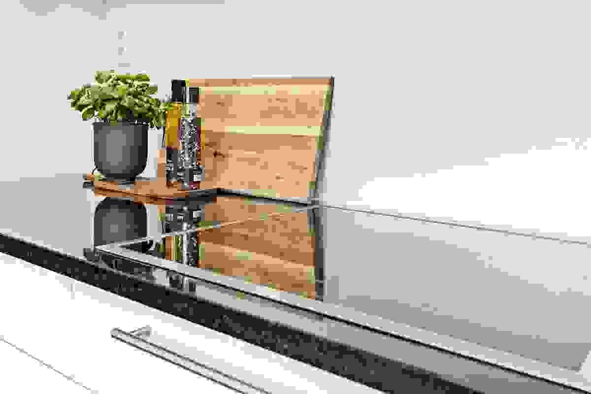 Separat induksjon steketopp innfelt i benkeplate