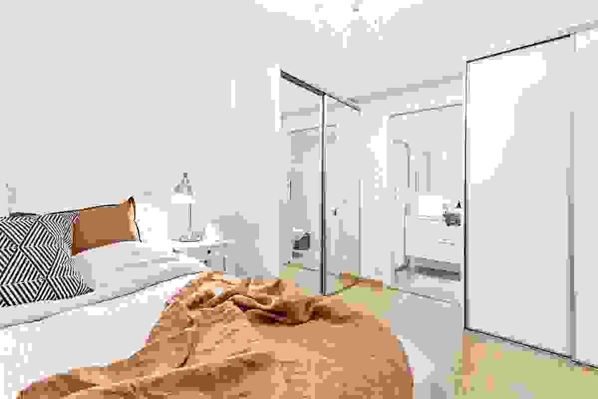 Soverom med direkte inngang til innenforliggende baderom
