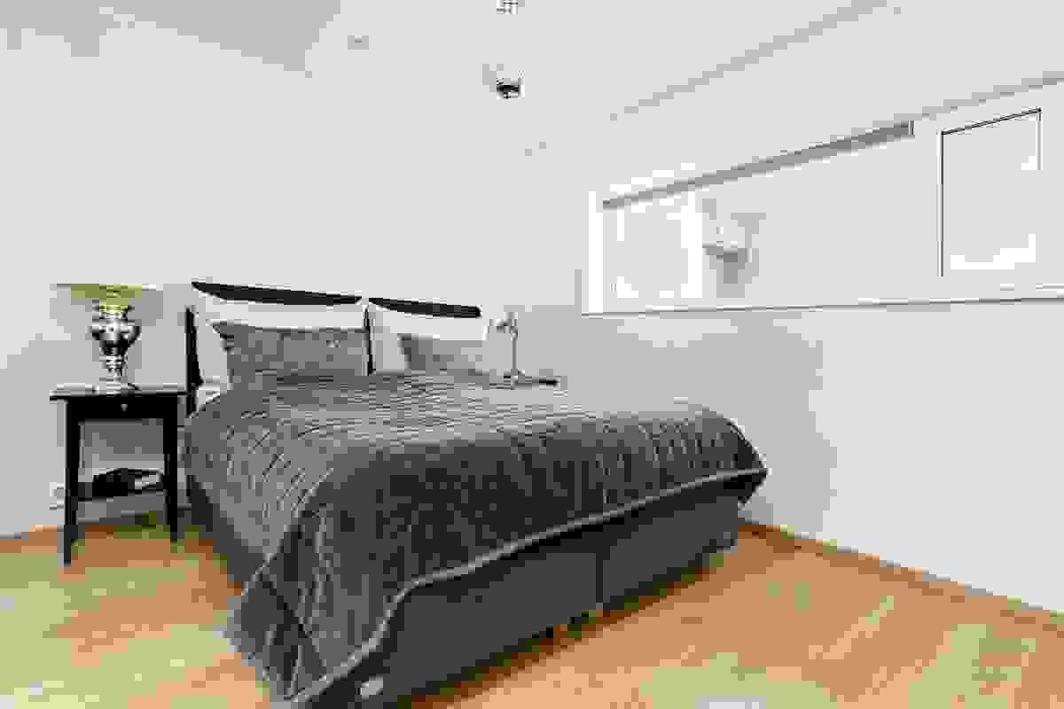 """"""". Soveromsvinduene i begge rom (åpningsbare) er smart plassert """"opp på vegg"""" slik at det er plass til å møblere også under vinduene"""